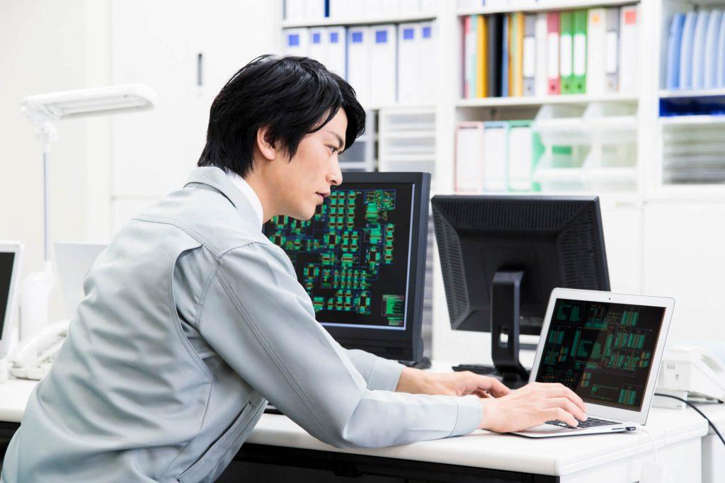 CADを操作する男性