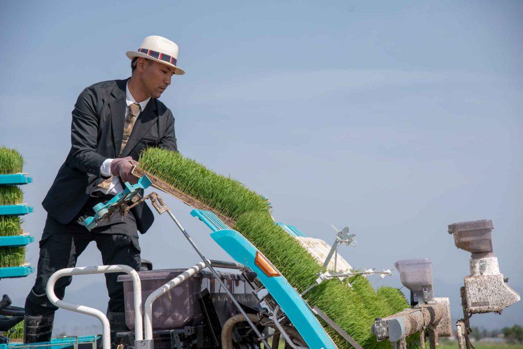 農家の作業着もスーツで